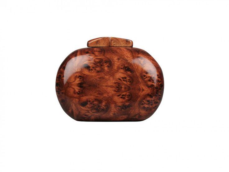 Elegante clutch rigido, con cierre de boquilla y fina cadena para colgar. Original diseño estilo caja nogal.  Es el complemento ideal para darle un toque actual y sofisticado a cualquier outfit de fiesta.