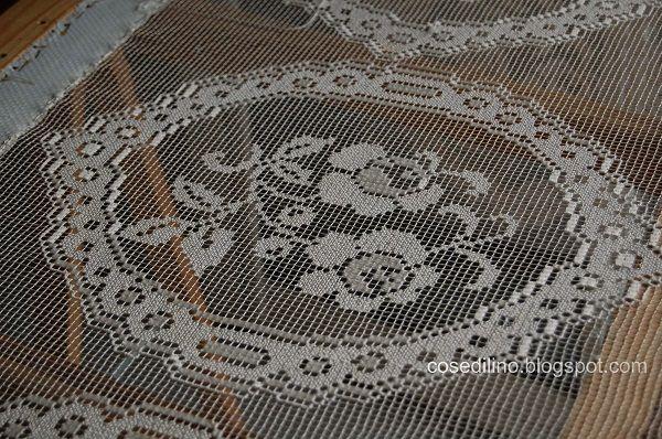 Delicate trasparenze per queste applicazioni realizzate a filet modano e destinate a impreziosire una semplice tenda in lino.