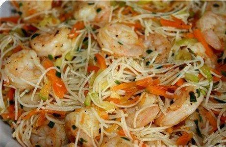 Рисовая лапша с креветками и овощами по‑тайски