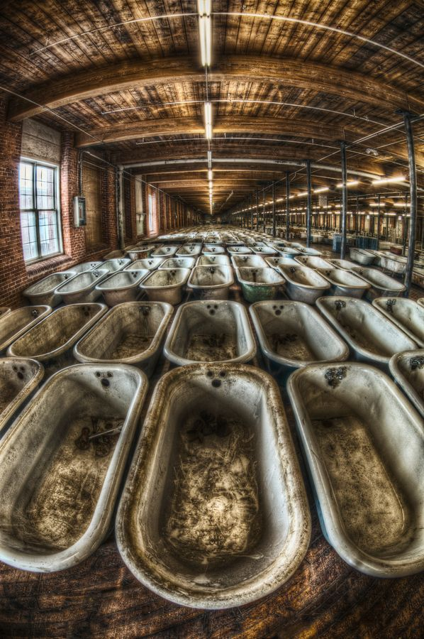 El ejército de bañeras con patas ---- fábrica abandonada.
