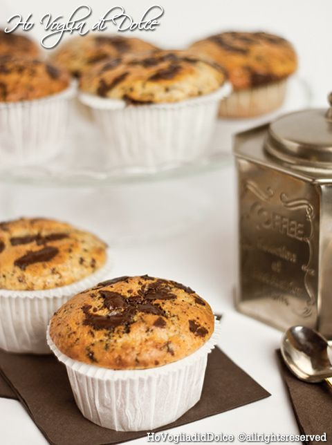 Muffin con gocce di cioccolato dal cuore morbido. Dolcetti veloci, facili da preparare. Dolci per la colazione e merenda golosi, muffin sofficissimi con cuore di cioccolata