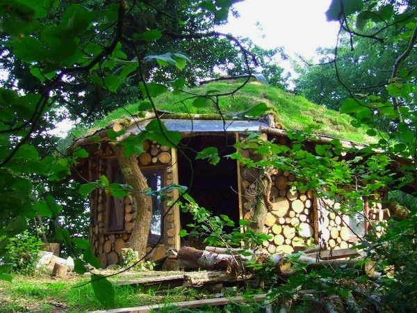 A small round cordwood guest house with earth roof... nice style.