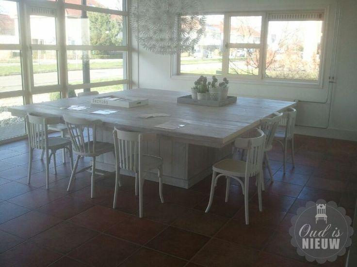 Grote witte tafel vierkant. Landelijk en tijdloos. @Oudisnieuw @Biddinghuizen