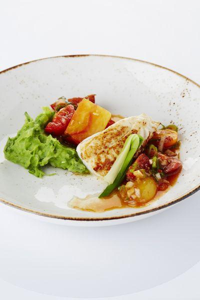 Een overheerlijke gebakken pladijs met peterseliepuree, tomaat en jonge ui, die maak je met dit recept. Smakelijk!