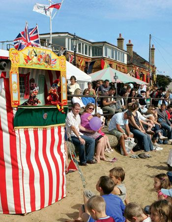Punch and Judy show on the beach during the Old Leigh Regatta, Leigh-on-Sea, Essex © Photolibrary.com