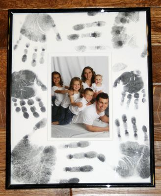 Mettre photo classe sur un carton et demander aux enfants de mettre leur main autour