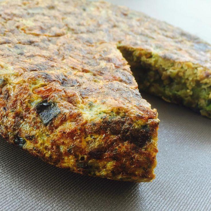 🍥SOUFFLÉ MULTIVEGETAL🍥 🔸Necesitas (Rinde 4 porciones): 🔻1 paquete de brócoli descongelado (300 gramos) o una flor de brocoli hervida chica. 🔻1 taza de espinaca cruda picada o 1/2 taza cocida. 🔻2 zanahorias medianas hervidas (pueden usarla rallada pero queda mucho mejor pre cocida). 🔻1 bandeja de champiñones (8 u. aprox). 🔻1/4 morrón rojo. 🔻1 cebolla chica. 🔻60 gramos de queso port salut light o veronica cuartirolo light. 🔻Oregano. 🔻6 claras (o 1 huevo y 4 claras, o 2 huevos y 2…
