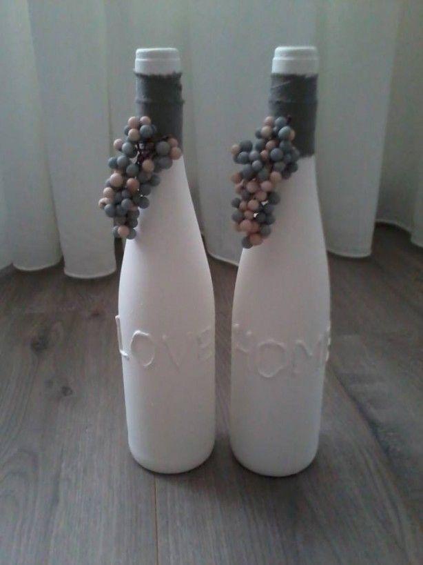 leuke flessen gemaakt van fles wijn. tekst gemaakt met lijmpistool!