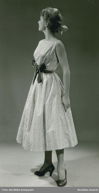 Brud och Hem, 1957. Modell i klänning med linjeprickar och rosett, handskar och band i håret. Foto: Erik Holmén för Nordiska Kompaniet