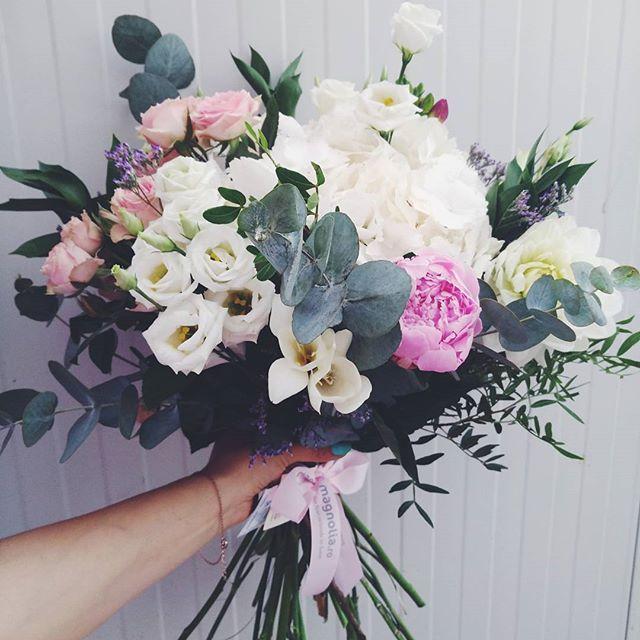 Buchet de vara cu bujori, trandafiri si Eustoma. Summer bouquet with peonies, roses and Eustoma flowers,
