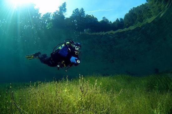 Glashelder bergmeer in Oostenrijk ontstaan uit smeltwater van een gletcher