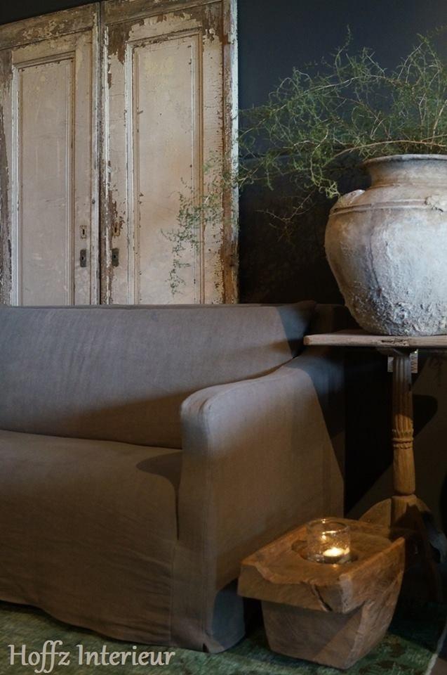 Bank Bo en mooie woonaccessoires van Hoffz Interieur, in de showroom bij Molitli Interieurmakers.