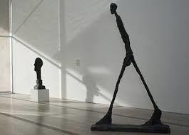 """L'homme qui marche, Alberto Giacometti, 1960 . """" Le personnage est maigre, la peau fine sur les os, pour symboliser la fragilité de l'homme .La démarche assurée - certainement vers un monde meilleur - , le buste légèrement incliné vers l'avant, les bras..."""