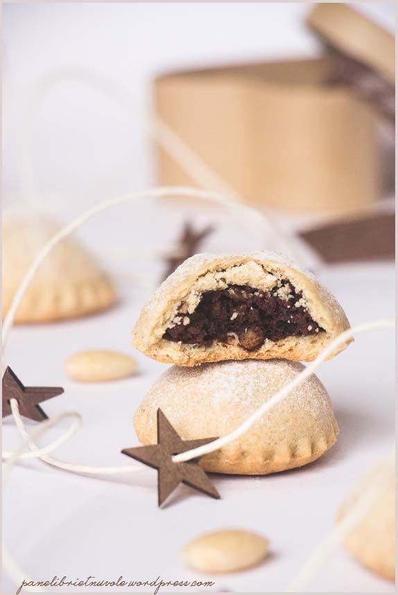 Bocconotti abruzzesi con mandorle e cioccolato - Almond and Chocolate Hand Pies