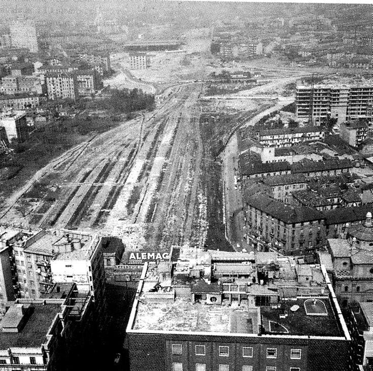 La vecchia stazione delle varesine in demolizione. Anni '50. Milano.