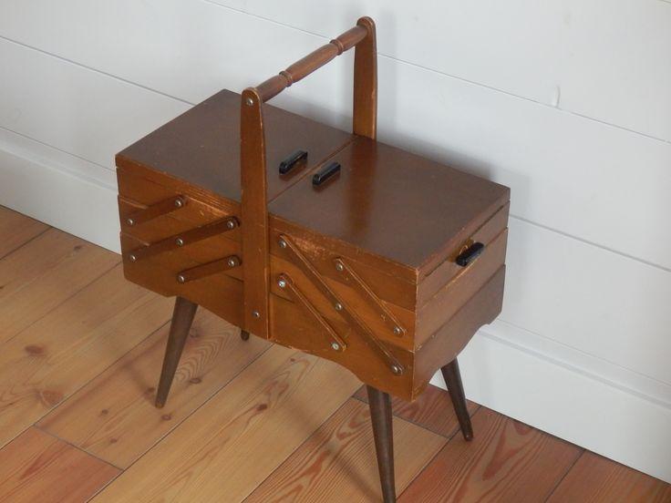 Verkocht. Hardstikke leuke houten antieke naaidoos op pootjes. Er zit enorm veel ruimte in! Met deze pootjes zie je hem niet vaak. En dan nog wel zo schoon en fris aan de binnenkant! 32,50 euro