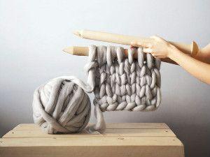 Designer utiliza tricô gigante para confecção de cobertores super grossos | Curioso e Espetacular
