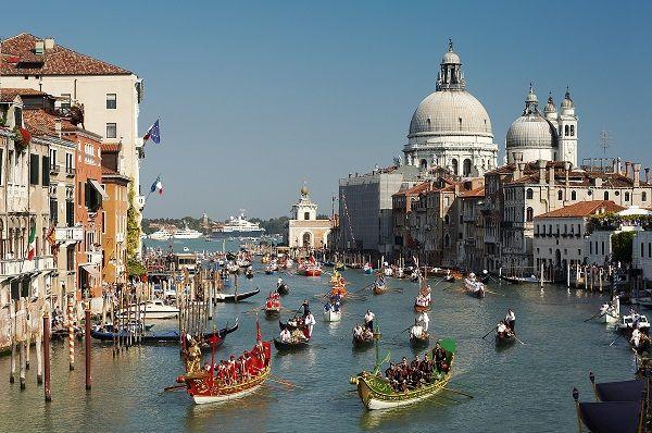 In september vindt in Venetië de Regata Storica plaats, een kleurrijke race over het Canal Grande
