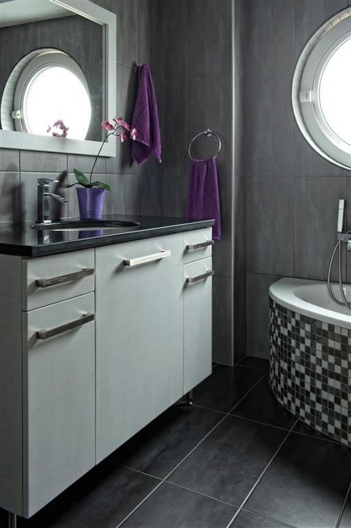 Έπιπλο μπάνιου λουστραριστό από δρυ με συρτάρια και βαγονέτα.