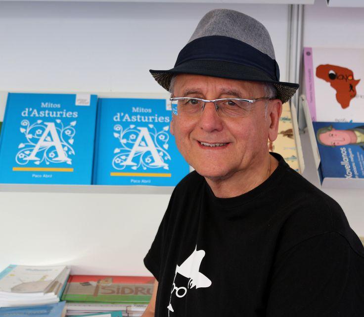 Paco Abril junto a su libro Mitos d'Asturies en la carpa Espaciu Pallabres del Festival Arcu Atlánticu que se inauguró el viernes 22 de julio y que podéis visitar hasta el lunes 1 de agosto. Este es un lugar de encuentro de la cultura asturiana y la nuesa llingua.