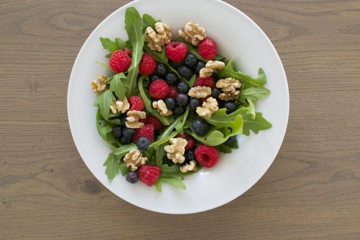 Salade van blauwe bes, framboos, walnoot en rucola