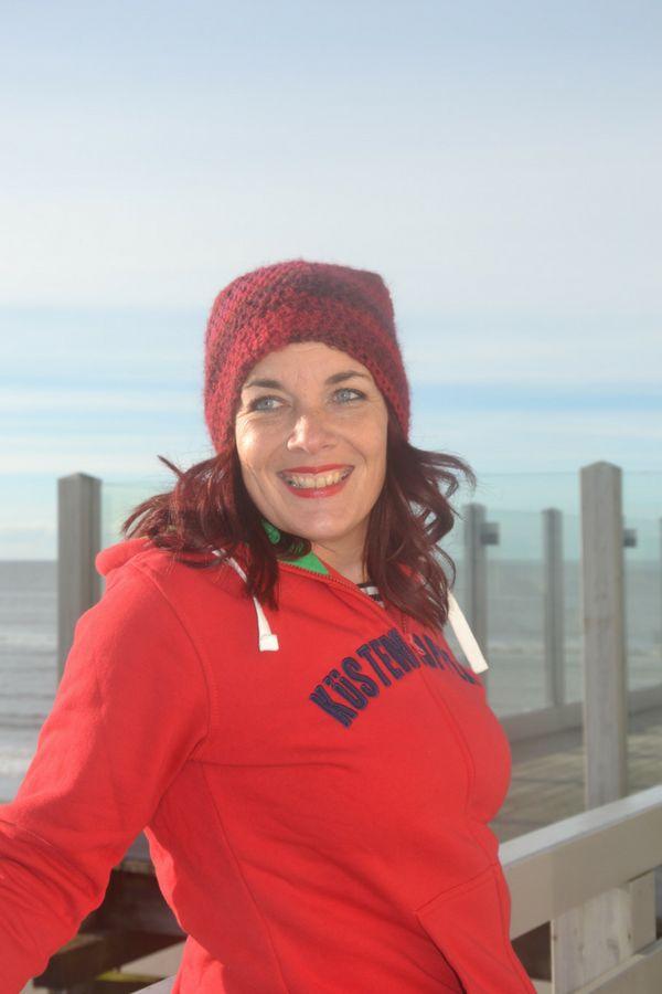 Hol Dir das Gefühl von Meer nach Hause. Kuschelweicher Strandsweater für einen kurzen Urlaub auf der Haut. Mit diesem kuscheligen Strandsweater weißt Du immer wo Backbord & Steuerbord ist. Kleine gestickten Kreuze in rot und grün an den Fronttaschen sind immer an Bord. Die Küstendeern aus allen 4 Windrichtungen betrachtet: rot, hochwertige Stickerei in navy auf der Vorderseite: Koordinaten von Sankt Peter-Ording 54°18'N 8°39'E; auf der Rückseite in navy und weiß.