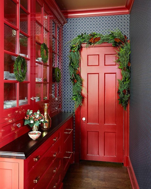 Making things merry in the butler's pantry.(: @pernilleloof | Design: Jim Dove) #onstandsnow #holidaydecor #instahome