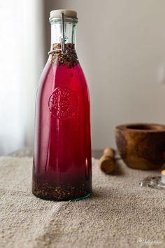 Come fare in casa l'alchermes, uno spirito rinascimentale, uno dei liquori preferiti della famiglia dei Medici, l'elisir toscano di lunga vita...
