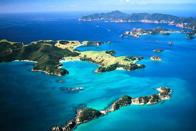 """""""Szigetek-öble"""": A Bay of Islands, vagyis """"szigetek öble"""" az ország egyik legnépszerűbb úti céljának számít. A festői szépségű területen 144 sziget, sok eldugott, csendes öböl és homokos strand található. A tenger tele van élettel, ha szerencsések vagyunk, megpillanthatjuk a bálnákat, delfineket, pingvineket és a vitorlás-kardos halakat is. Nem meglepő tehát, hogy népszerű kirándulóhelynek számít, ahol szívesen pihennek sétahajókázók, vitorlázók és nemzetközi sporthorgászok is."""