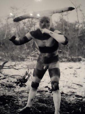 Halaháches es el burlón que nunca se suelta su mentón. Foto de Martin Gusinde, 1923. Pueblo aborigen de la Isla Grande de Tierra del Fuego