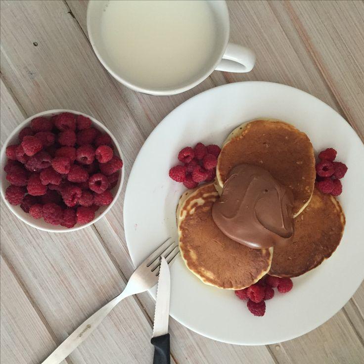 Завтрак, панкейки с малиной и шоколадной пастой