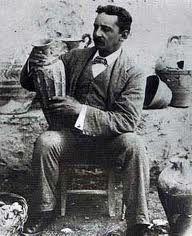 Sir. Arthur Evans, scopritore del palazzo di Cnosso, nel sito archeologico.