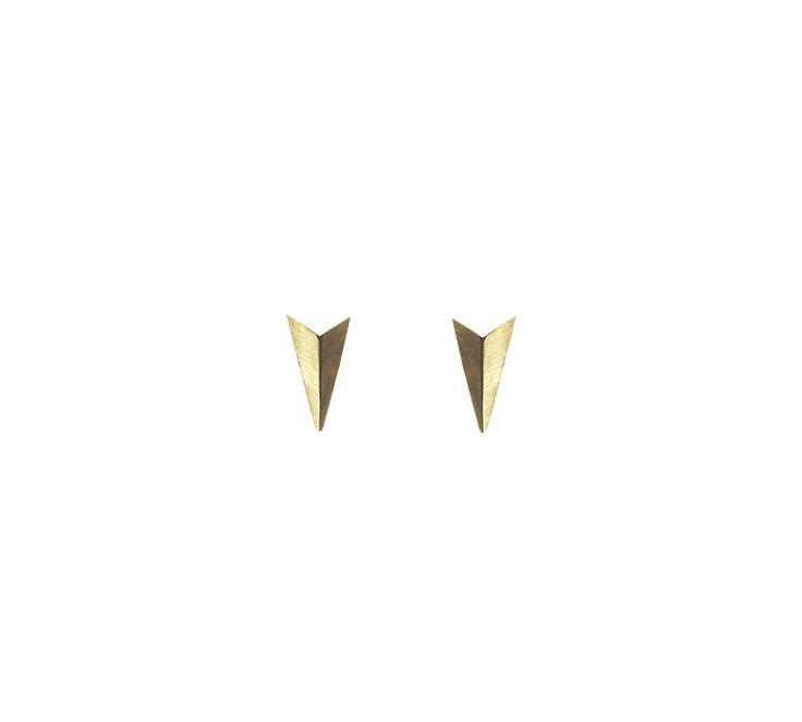 """Maria Black """"Dór"""" øreringe i forgyldt sterling sølv. Øreringe bestående 2 flotte trekanter der er sammensat, så de går ud i en spids. De får en fed effekt, når lyset rammer dem. Designet, hvor der er leget med geometriske figurer er et sandt Maria Black kendetegn. Fås som par og enkeltvis :) #mariablack #smykker #jewellery #cascade"""