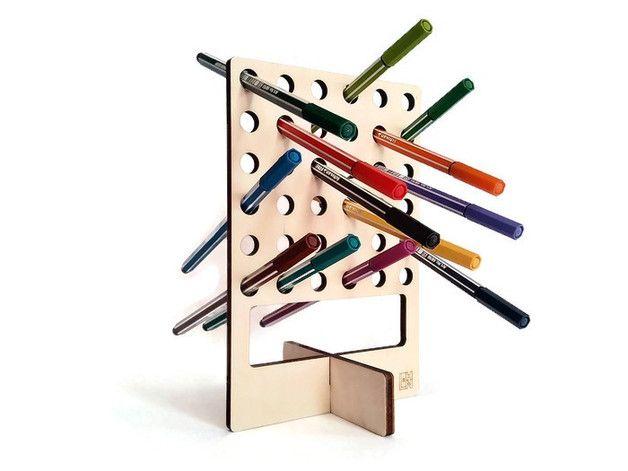 Pepp ist eine ungewöhnliche Holz Stifthalter Laser geschnitten, Bleistift stehen und Marker Veranstalter  Dieses Holz Schreibtisch-Accessoire kann entweder vertikal oder horizontal positioniert...