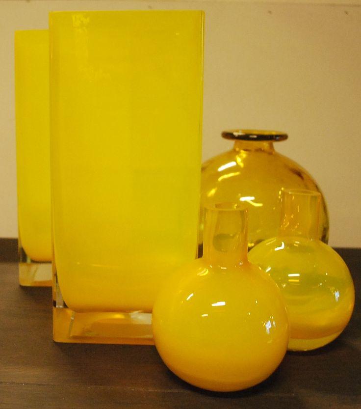Gele accessoires !  #yellow #accessoires #interieur #interior #meubelsenmeer #mijdrecht #geel #potjes #vazen #interorstore #interieurwinkel #summerfeelings.