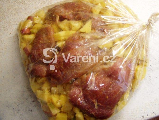 Maso z pečícího sáčku je vynikající, protože se vůbec nevysuší a brambory krásně natáhnou ochucenou šťávu z masa.