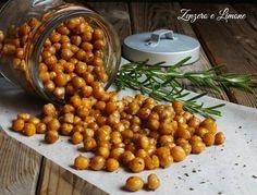 I ceci tostati al rosmarino Possono essere preparati come snack spezzafame, oppure per arricchire insalate di pasta o riso. Facilissimi da fare.