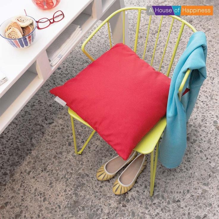Combineer de trend met kussens in heldere, effen kleuren. #gordijn #curtain