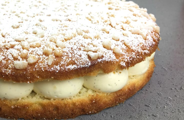 Cette brioche moelleuse parfumée à la fleur d'oranger généreusement garnie d'une crème diplomate vanillée est un véritable hymne à la douceur. Suivez la recette de la tarte tropézienne, ce dessert mythique de la Côte d'Azur.