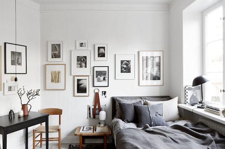 Interiores de un monoambiente muy pequeño pero bien decorado en tonos neutrales y en donde los pocos metros son aprovechados de la mejor manera posible.