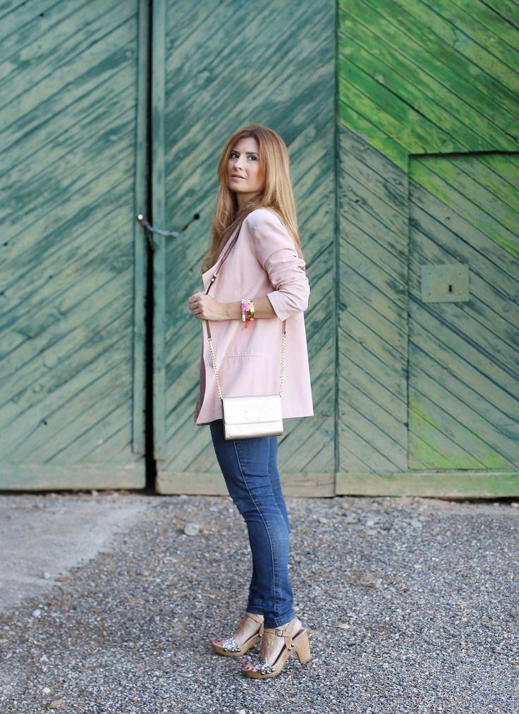 Casual Look. Look con Blazer Rosa. A trendy life. #casual #denim #jeans #pinkblazer #glittersandals #michaelkorsbag #asos #esprit #cortefiel #michaelkors #lowlitaandyou #creek #merkalcalzados #outfit #fashionblogger #atrendylife www.atrendylifestyle.com