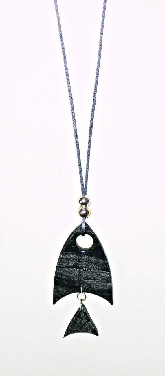 Collar largo realizado en arcilla polimérica, en negro y plata, siguiendo varias técnicas.Totalmente a mano y sin moldes-.Terminado con polyclay lí