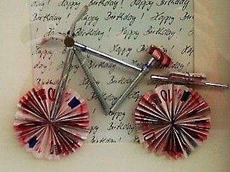 Auseinfachen Mitteln wurde hier ein sehr origineller Gutschein für ein neues Fahrrad gebastelt.