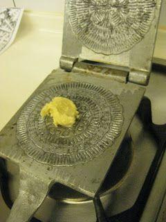 Me dispuse a utilizar mi plancha de hierro de hacer obleas, que la tengo medio olvidada, para hacer barquillos utilizando una receta de pi...