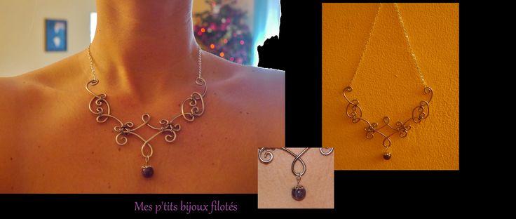 Collier délicat fait de petites arabesques en fil aluminium et une perle en pierre. www.mesptitsbijouxfilotes.fr