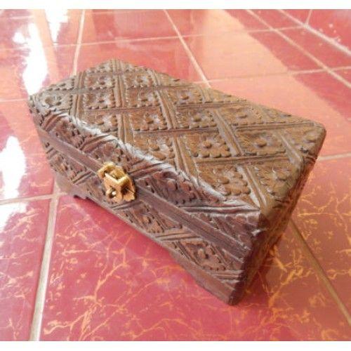 Kotak perhiasan kayu 20x10 motif batik  Panjang : 20 cm  Lebar : 10 cm  Tinggi : 10 cm  Bahan : Kayu Sono  Cocok digunakan sebagai benda pajangan atau sebagai tempat perhiasan.