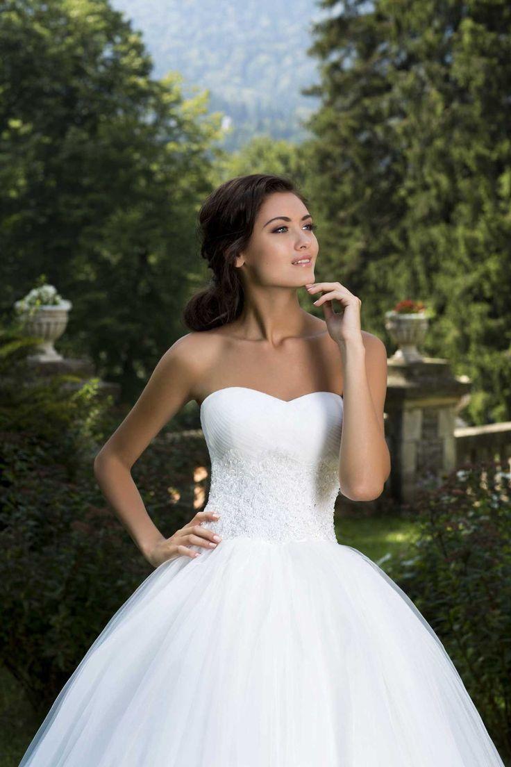 Očarujúce svadobné šaty so širokou sukňou a s korzetom zdobeným čipkou bez ramienok