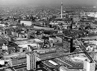 Berlin Hochhaus vom Axel Springer Verlag und die Druckerei an der Kochstrasse in Kreuzberg, dahinter Berlin - Mitte-1968-