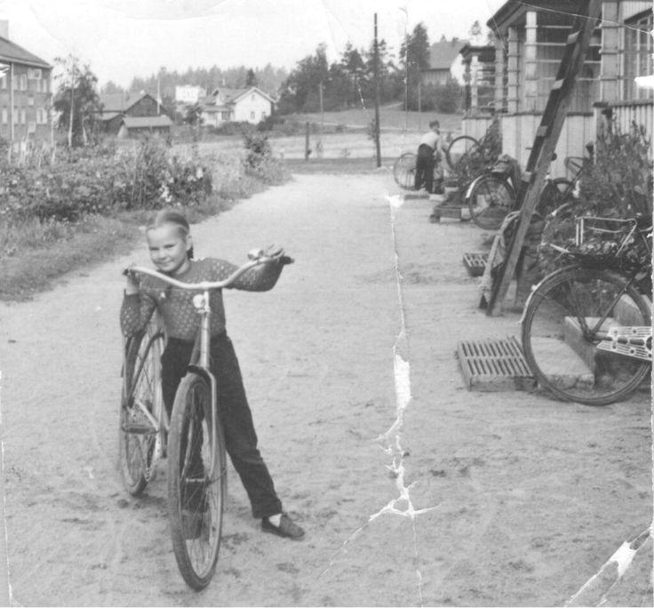 Rautatehdas 100, Teppanalan rukoishuone ja Vainikan talo taustalla. Kuva Rautatehtaan kasarmin 107 pihalta. 1950-luku.