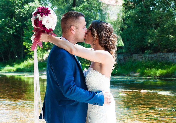 Vasilissa unikatni bidermajer od papira  ITANA - Toga dana, na svom venčanju, njih dvoje blistali su srećni i zaljubljeni, a prelepa mlada dama, uz romatničnu i elegantnu čipkanu venčanicu, šarmantno i sa puno stila, ponela je - samo za nju izmaštan i strpljivo stvaran - unikatni bidermajer ITANA čarobnih latica od papira.
